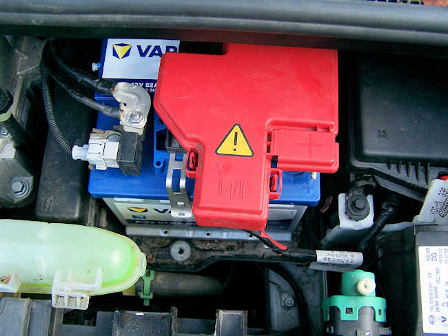 neue Batterie im Motorraum